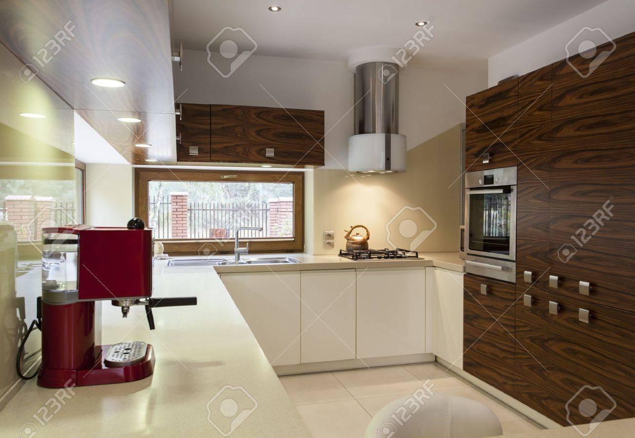 Interior Of Modern, Stilvoll Eingerichtete Küche Mit Hölzernen ...