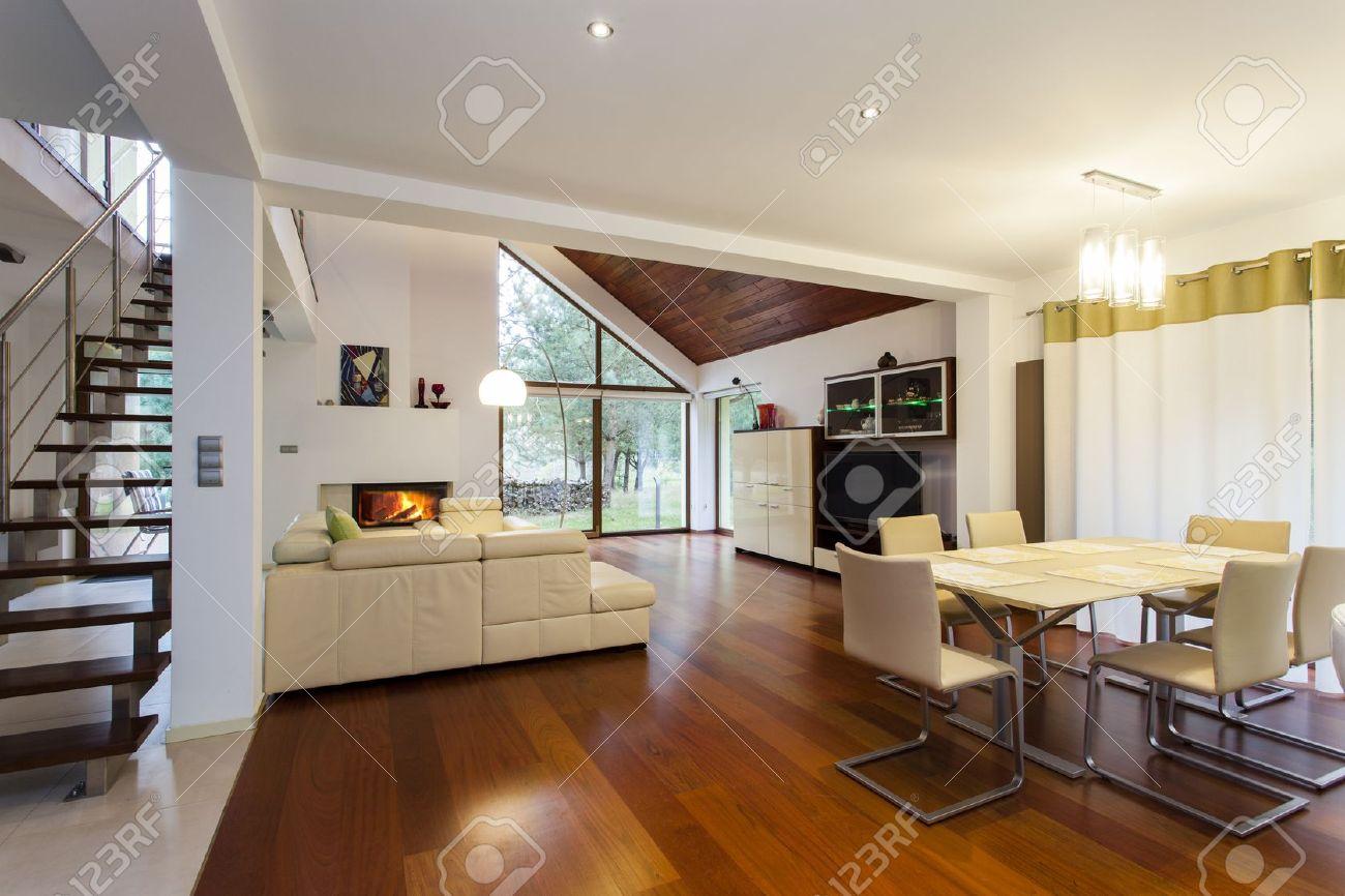 Rez de chaussée de la maison moderne avec plancher en bois banque ...