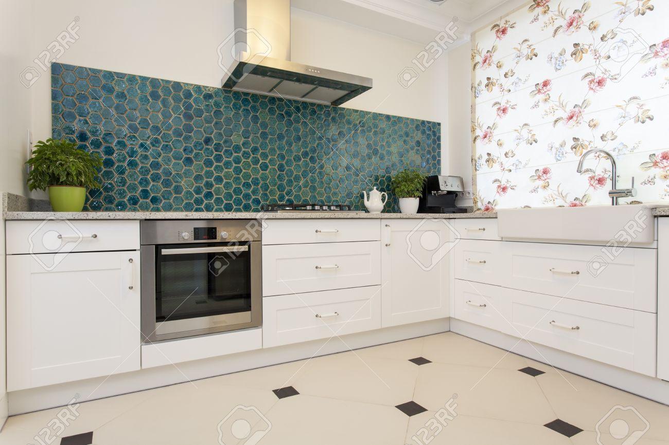 Moderne Elegante Kuche Mit Turkis Wand Lizenzfreie Fotos Bilder Und