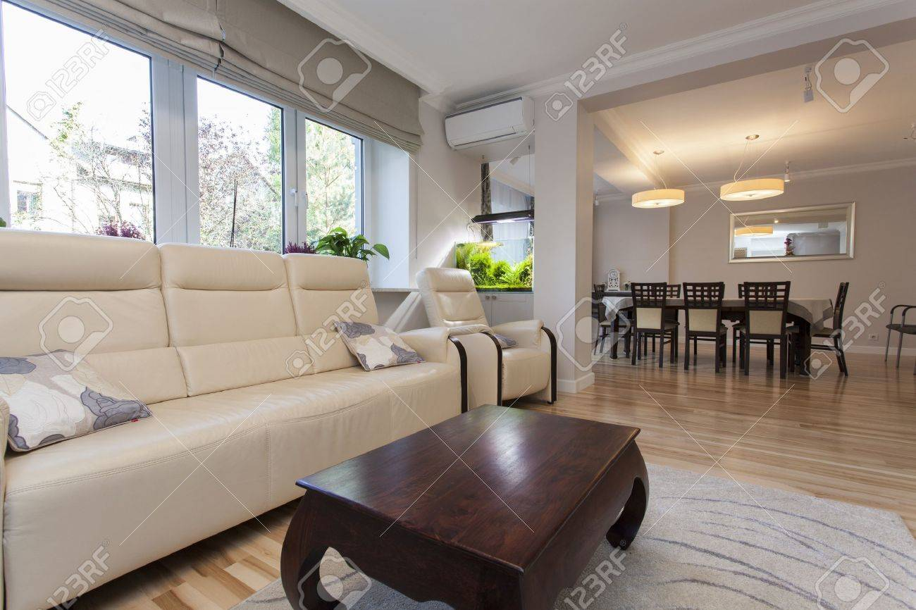 wohnzimmer mit esszimmer im neuen haus verbunden lizenzfreie fotos