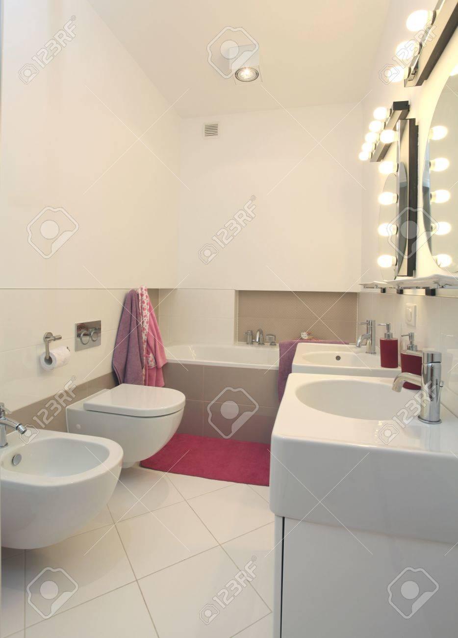 Cuarto De Baño Blanco Con Toallas De Color Rosa, Alfombras Y ...