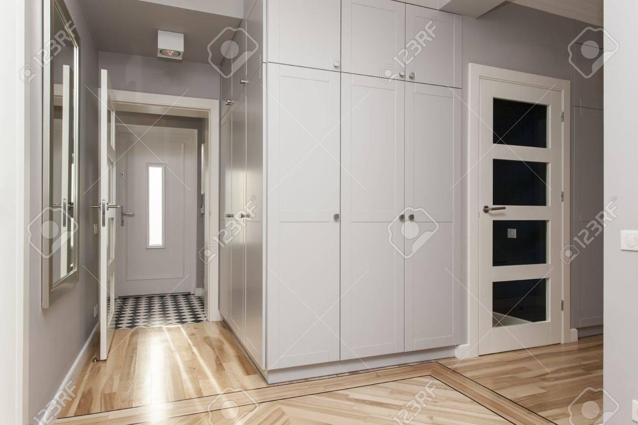 Couloir Gris Dans Une Maison Moderne Et élégant Banque D\'Images Et ...