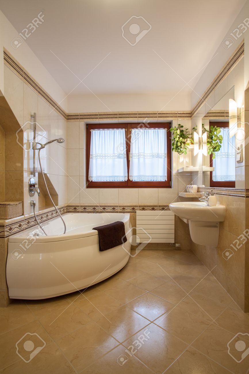 Salle De Bain Beige Avec Grande Baignoire Et Fenêtre Banque D\'Images ...