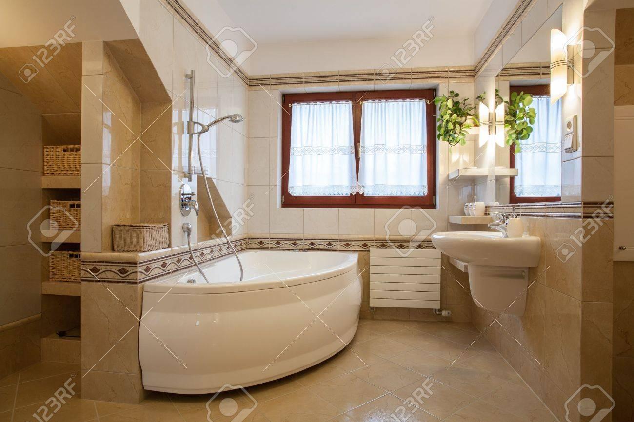 Modernes Badezimmer Interieur, Große Badewanne Und Fenster Standard Bild    16661975