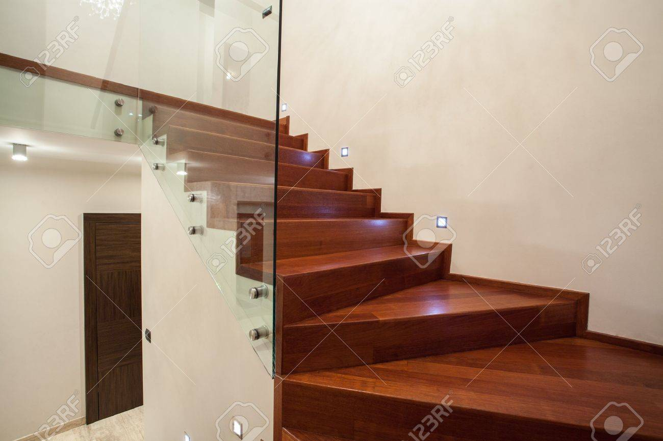 Travertin maison   moderne en verre, le métal et escalier en bois ...