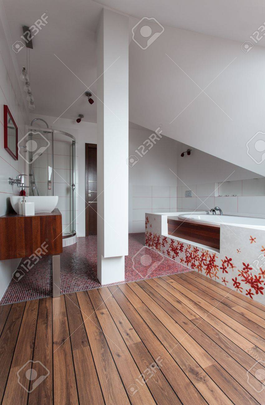 Ruby Maison - Intérieur De Salle De Bains Moderne En Bois Et En ...