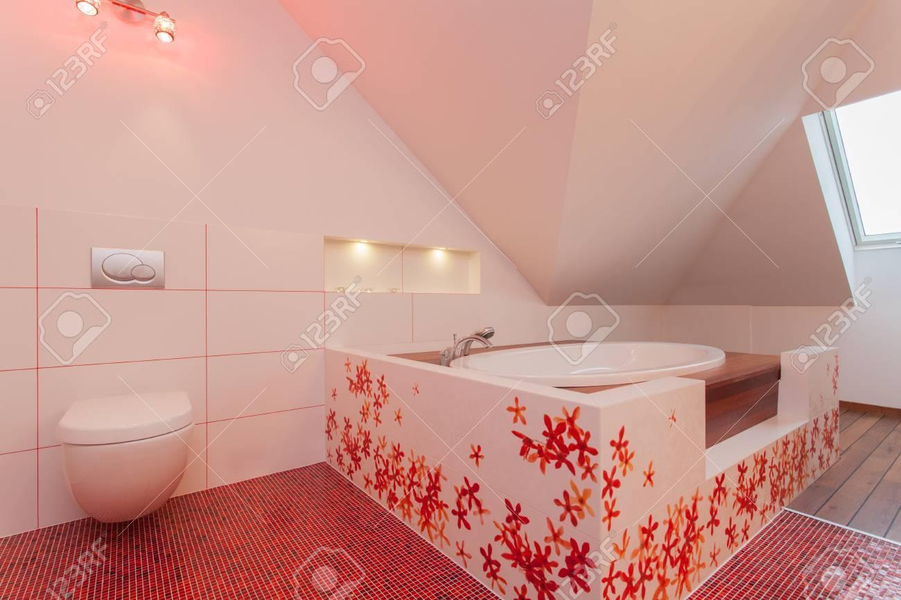 Détente dans une baignoire salle de bains contemporaine rouge et blanc