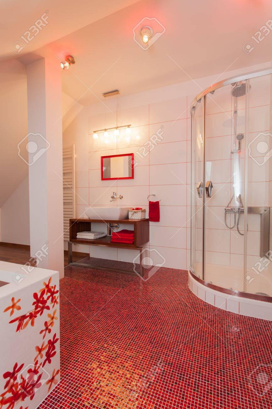 ruby house - interno del bagno moderno con pavimento rosso foto ... - Bagni Moderni Rossi
