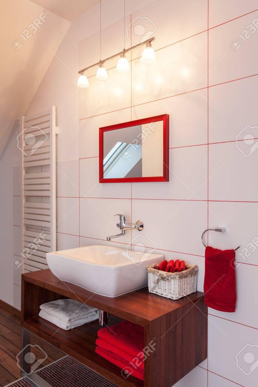 Ruby maison   rouge et l'intérieur salle de bain blanche, un ...