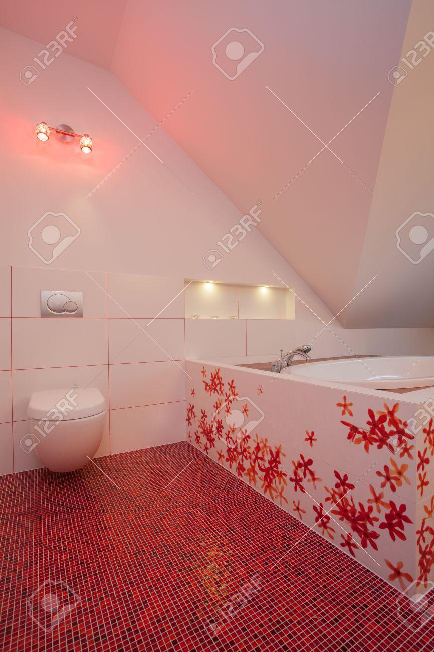 Ruby House Aseo Y Baño Cuarto De Baño De Color Rojo Y Blanco Fotos Retratos Imágenes Y Fotografía De Archivo Libres De Derecho Image 17160456