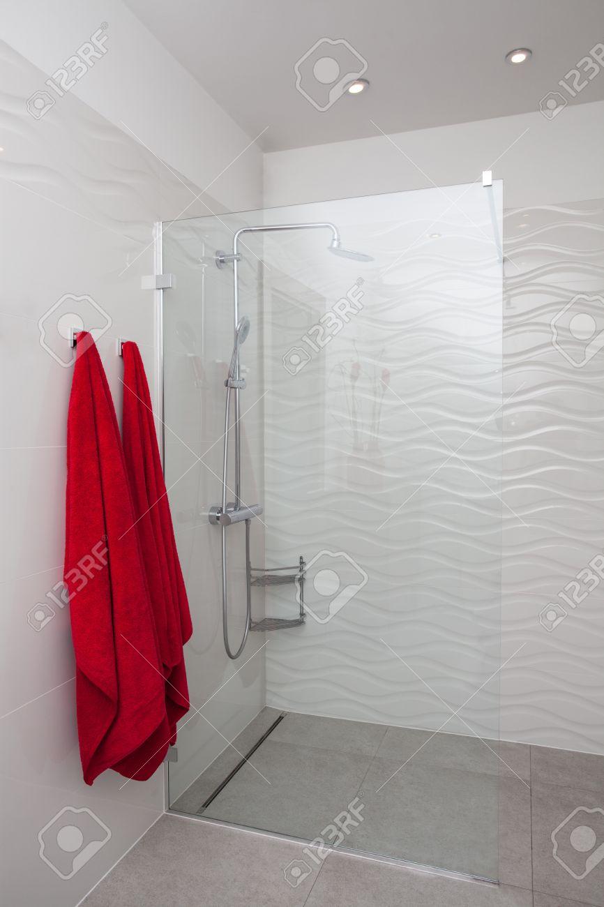 Maison nuageux   douche en verre moderne dans salle de bains ...