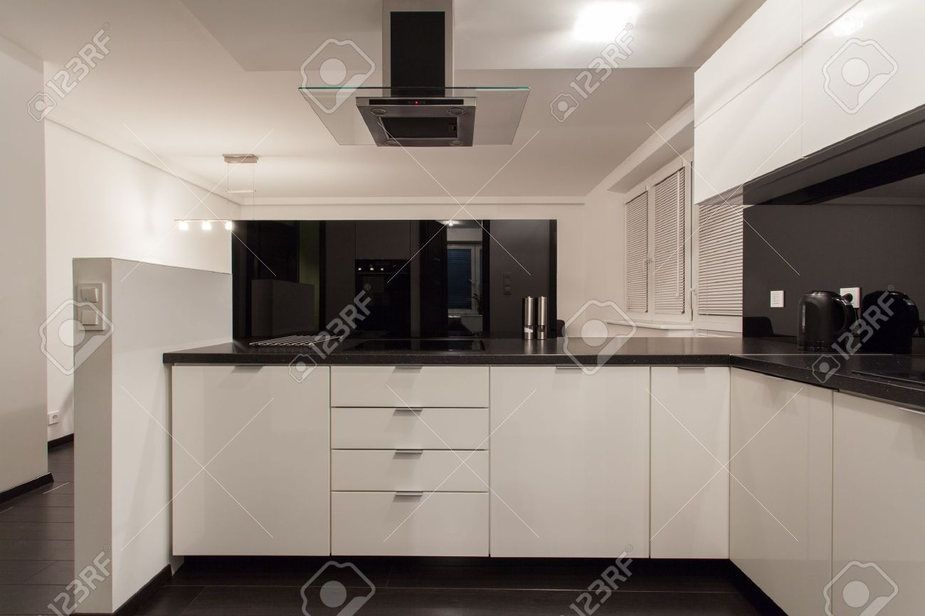 Minimalist Wohnung - Kleine Küche Mit Blick Auf Wohnzimmer ...