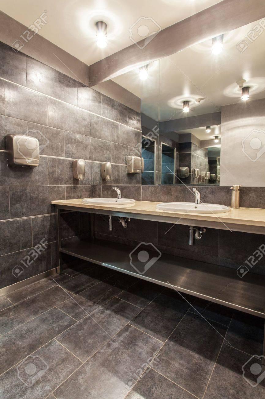Hotel Woodland - Bagno Con Due Lavabi Foto Royalty Free, Immagini ...