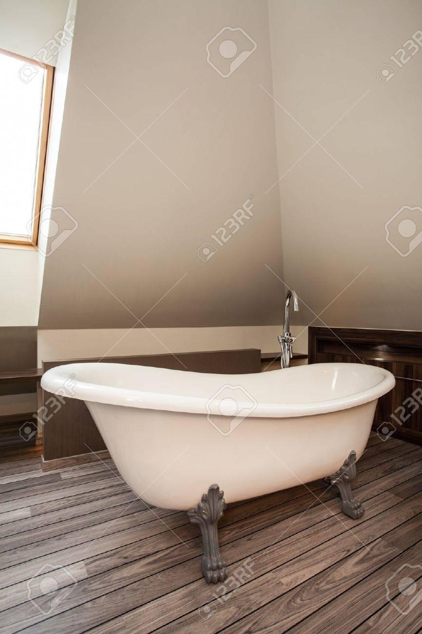 Maison de campagne   vintage, salle de bain originale dans une ...