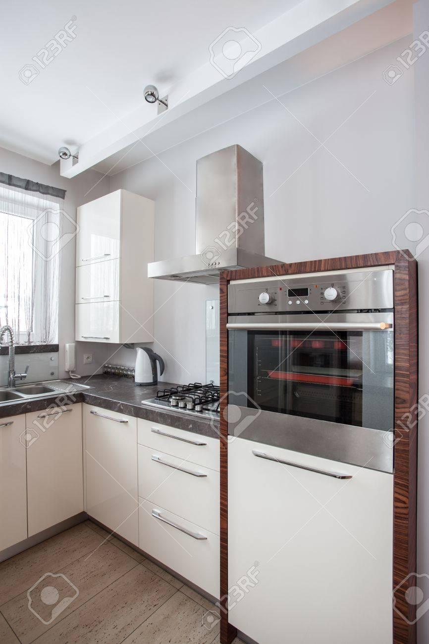 Maison de campagne - Four, cuisinière et l\'évier dans la cuisine moderne