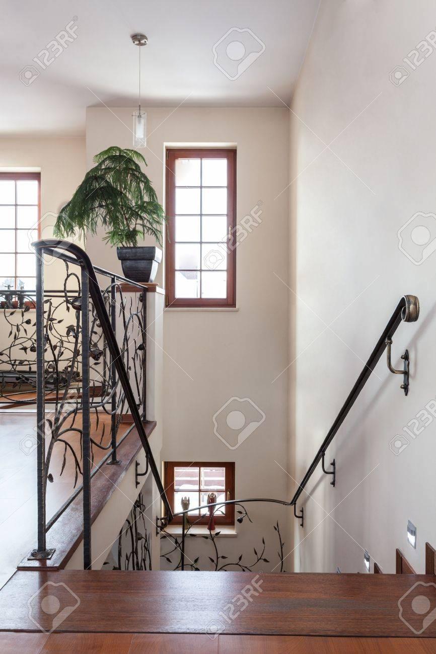 Classy Haus Treppen Mit Original Metall Gelander Lizenzfreie Fotos