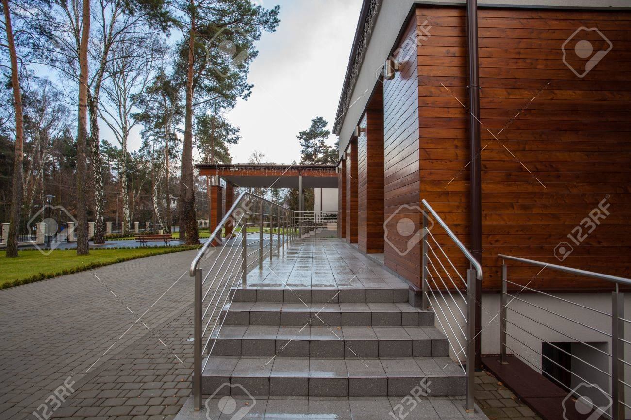 Woodland hotel - Entrance of contemporary building Stock Photo - 18253395