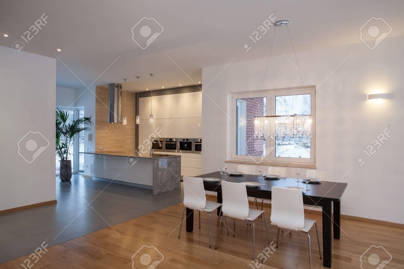 Los Diseadores De Interiores Cocina En Una Casa Minimalista Fotos