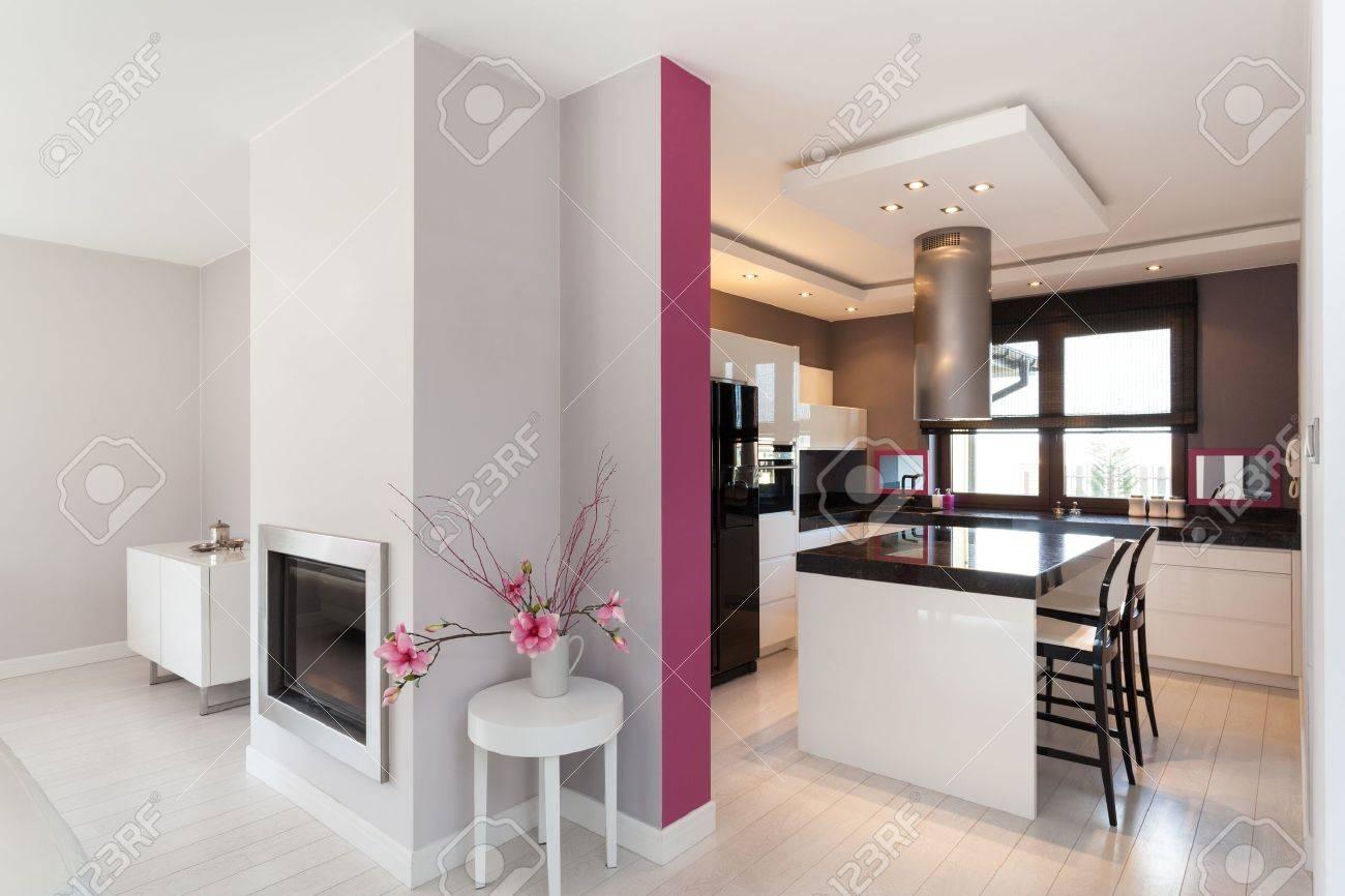 Vibrant stuga   kök och öppen spis i vardagsrummet royalty fria ...
