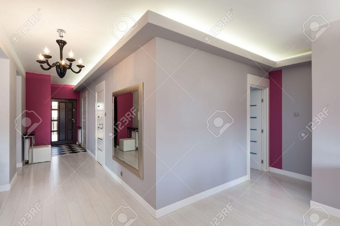 Vibrant Maison - Couloir Gris Dans La Maison Moderne Banque D ...