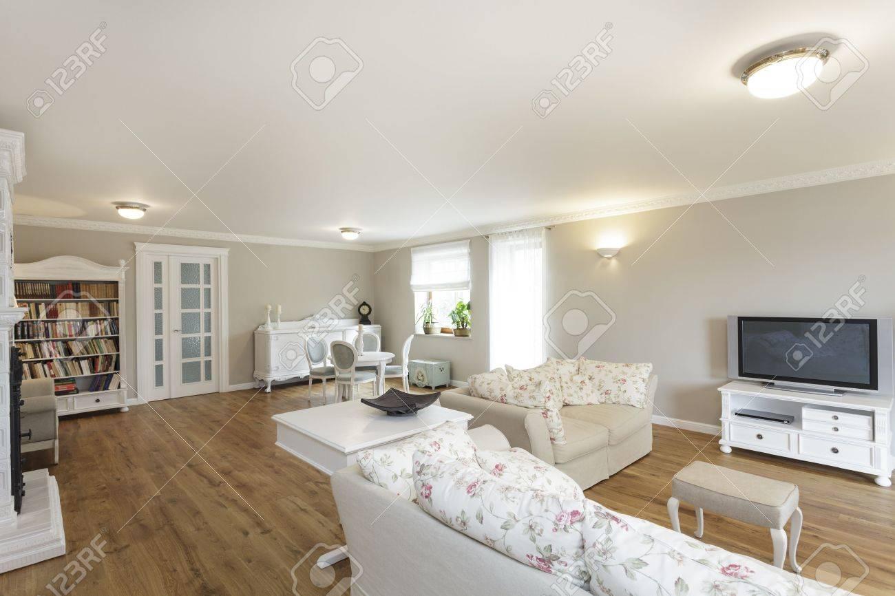 Standard Bild   Toskana   Wohnzimmer Mit Weißen Sofa Und Bücherregal