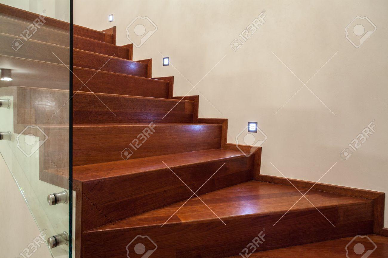 Travertino CasaHorizontal Vista De Las Escaleras De Madera De Color