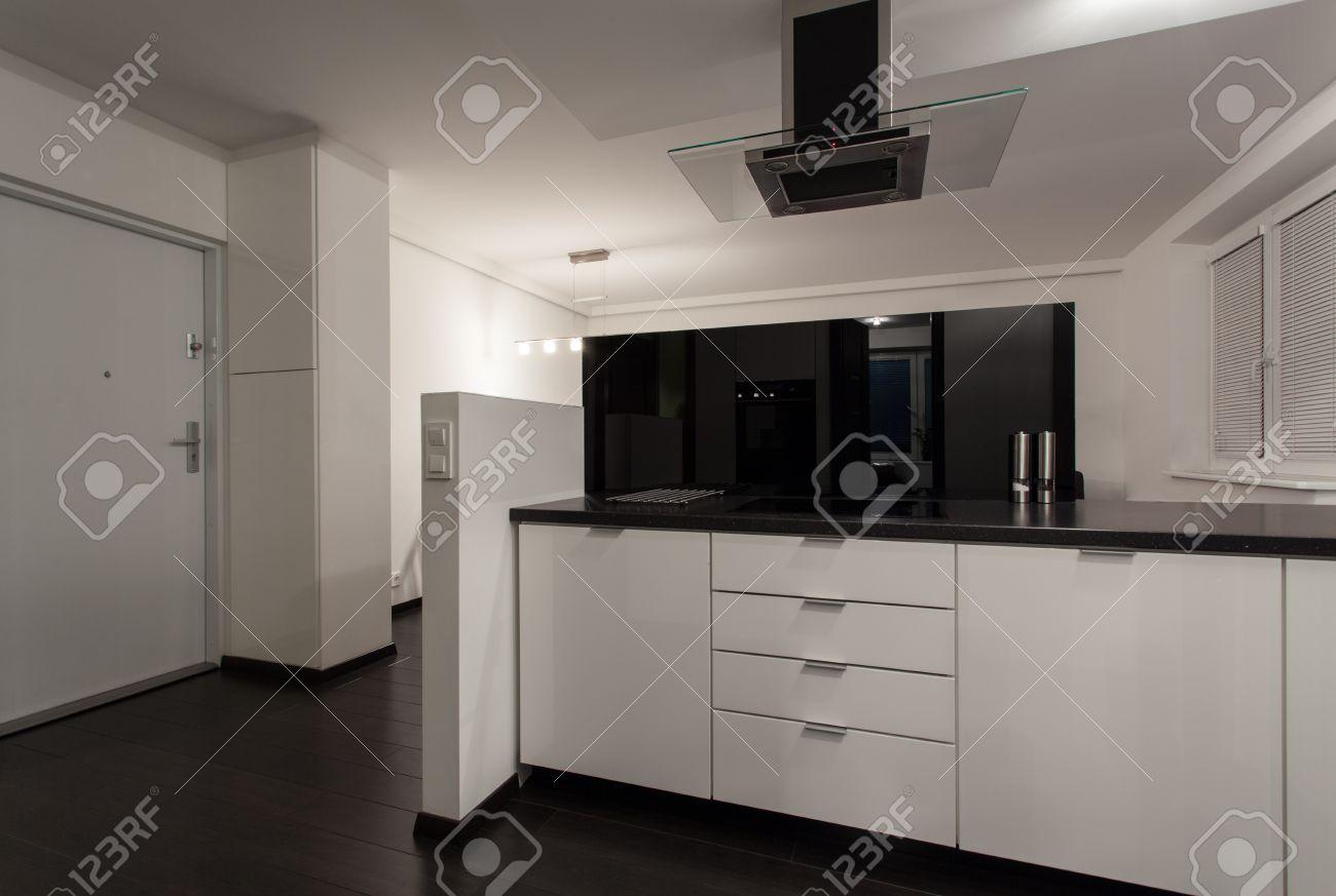 Minimalist wohnung offene küche interieur schwarz und weiß