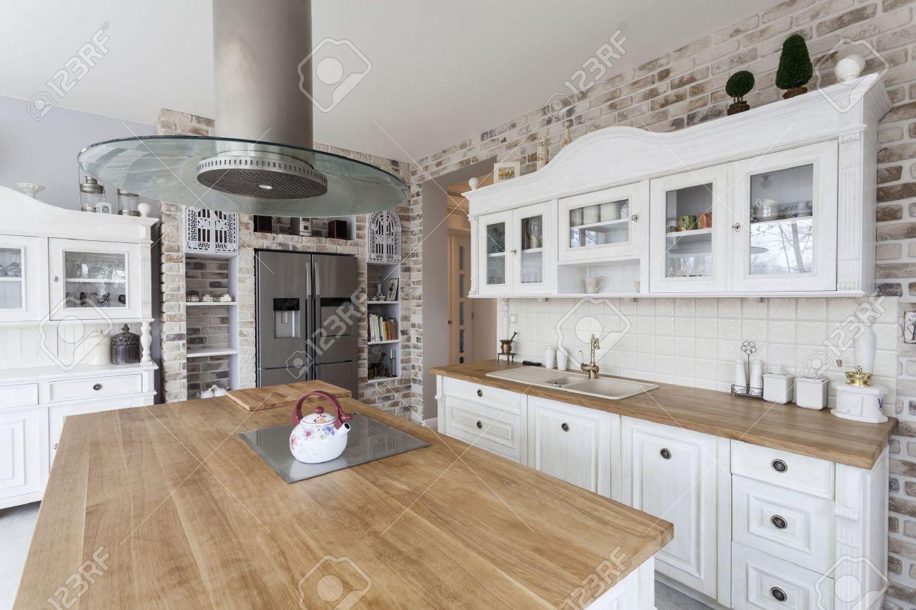 toscana - mensole della cucina bianca e frigorifero argento foto ... - Cucina Bianca E Argento