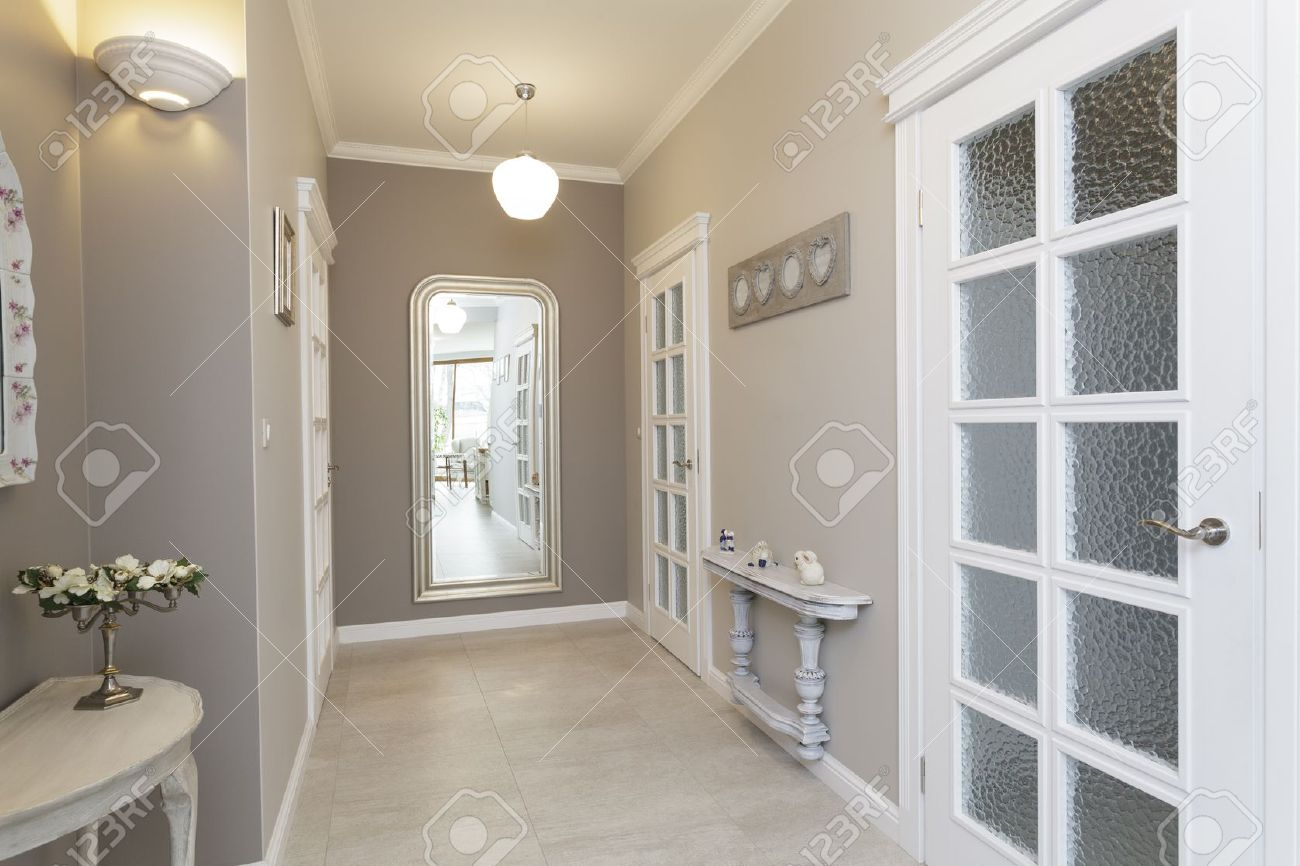 Toscane - Couloir Gris Avec Grand Miroir Banque D\'Images Et Photos ...