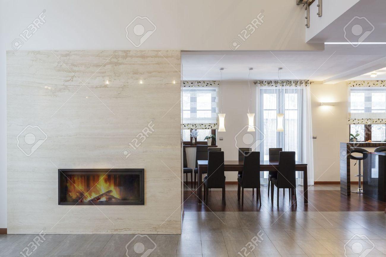 Grand Design - Kamin Im Wohnzimmer Und Im Tisch Lizenzfreie Fotos ...