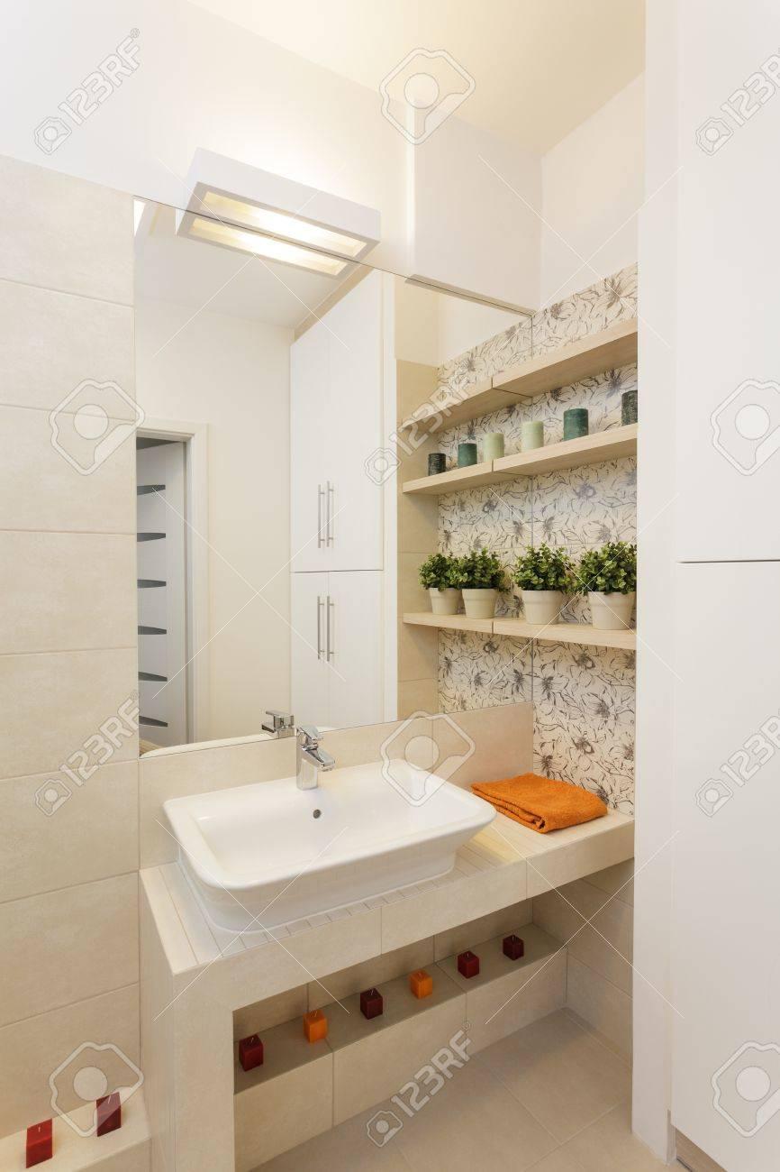 gemütliche wohnung - weiße waschbecken im bad cremig lizenzfreie