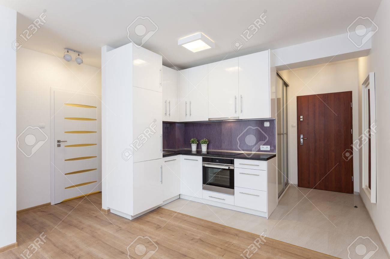 Gemütliche Wohnung - Weiß Arbeitsplatte In Der Modernen Küche ...