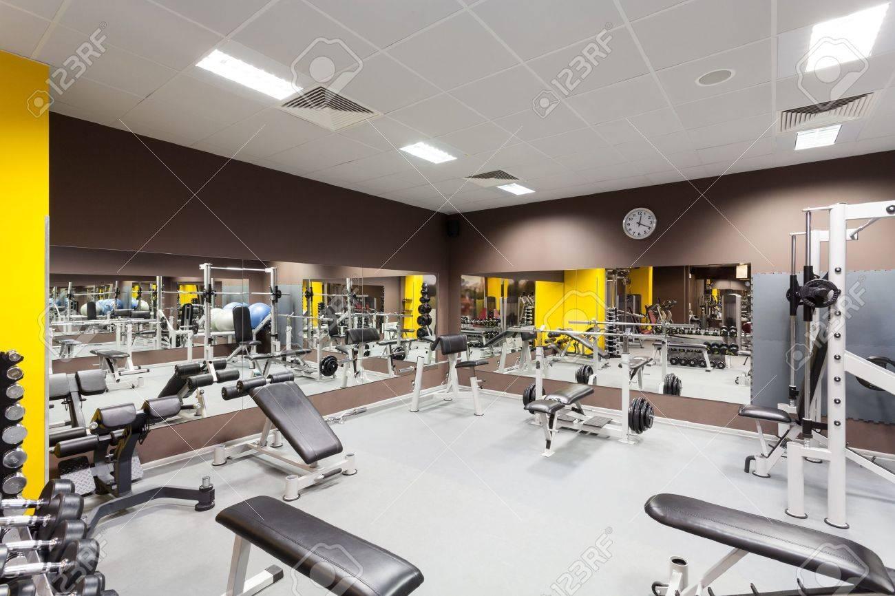 Interieur D Une Nouvelle Salle De Sport Moderne Avec Des Equipements