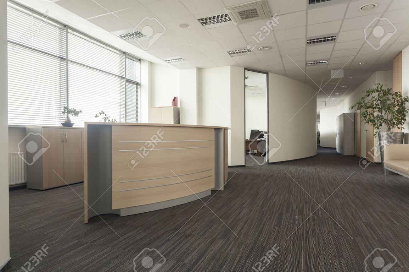 Mobilier moderne dans un nouveau bureau intérieur banque d images