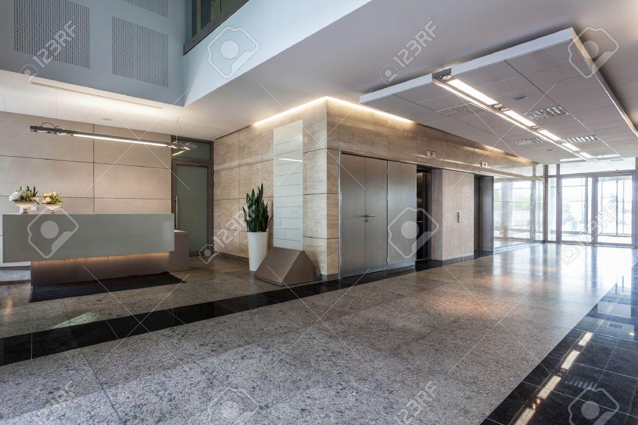 Intérieur d un immeuble de bureaux avec réception banque d images