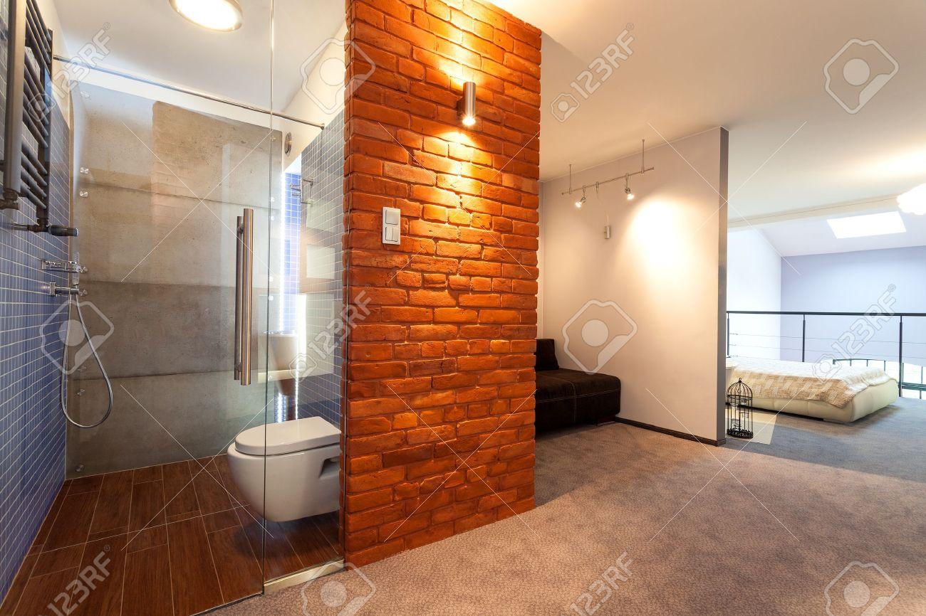 Badkamer en slaapkamer in een moderne loft royalty vrije foto ...