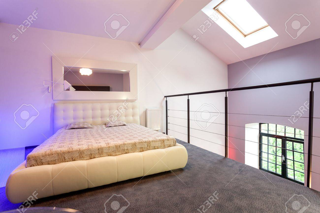 https://previews.123rf.com/images/bialasiewicz/bialasiewicz1306/bialasiewicz130600042/20077447-purple-bedroom-on-entresol-of-the-loft.jpg