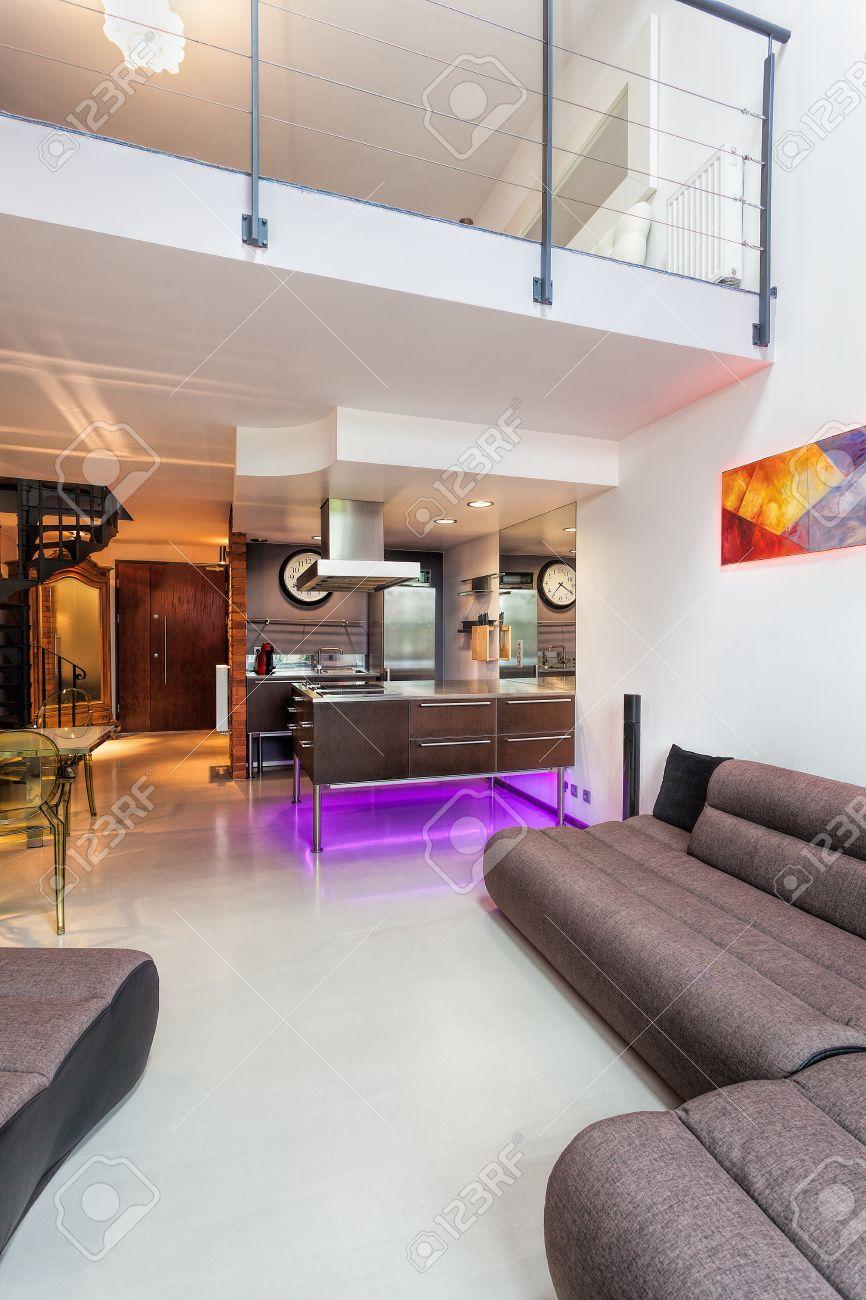 Intérieur D\'un Salon Moderne, Une Cuisine Et Une Mezzanine Banque D ...