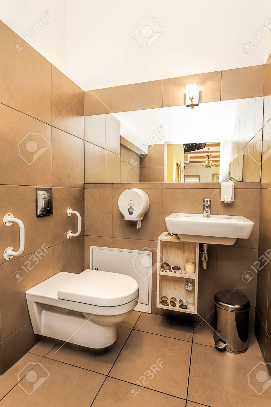 Méditerranée intérieur - une salle de bains moderne marron chic