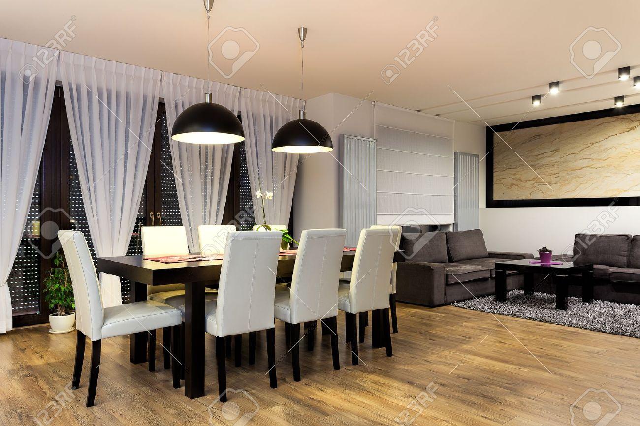 Appartement Urbain   Table Avec Des Chaises Dans La Salle à Manger Moderne  Banque Du0027