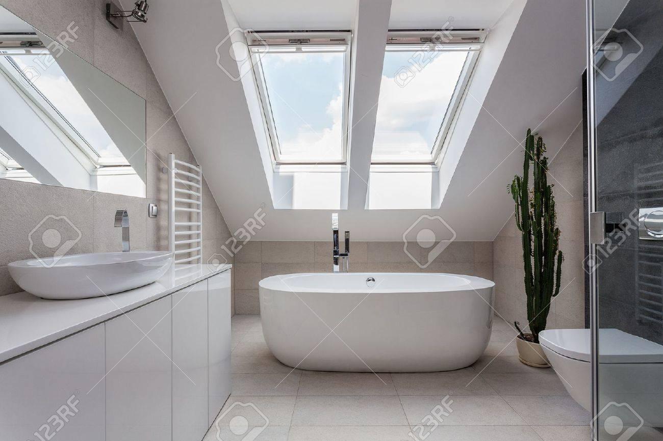 appartement urbain salle de bains avec baignoire blanche moderne banque dimages 21652218 - Salle De Bain Moderne Avec Baignoire