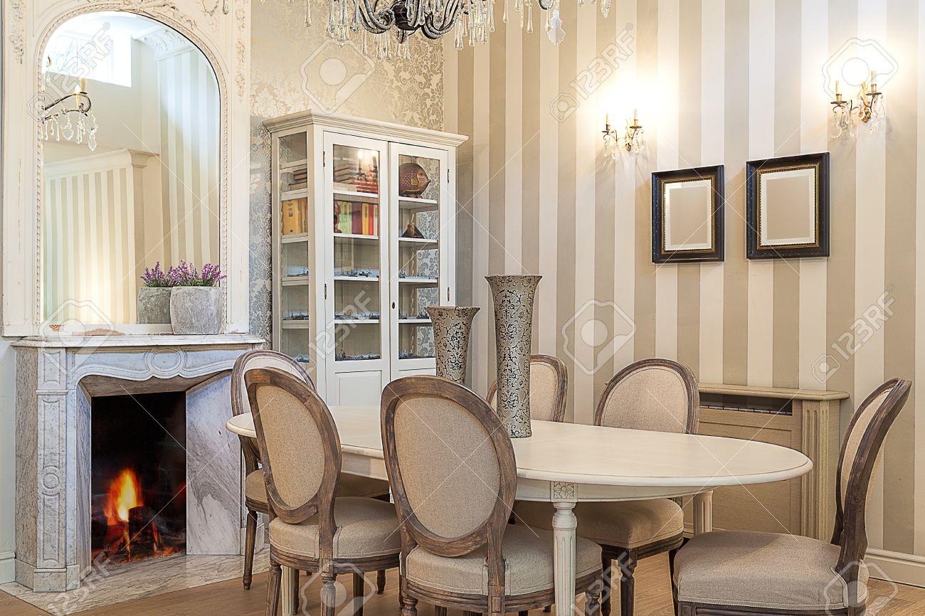 Vintage Manoir Une Salle A Manger Confortable Avec Une Cheminee