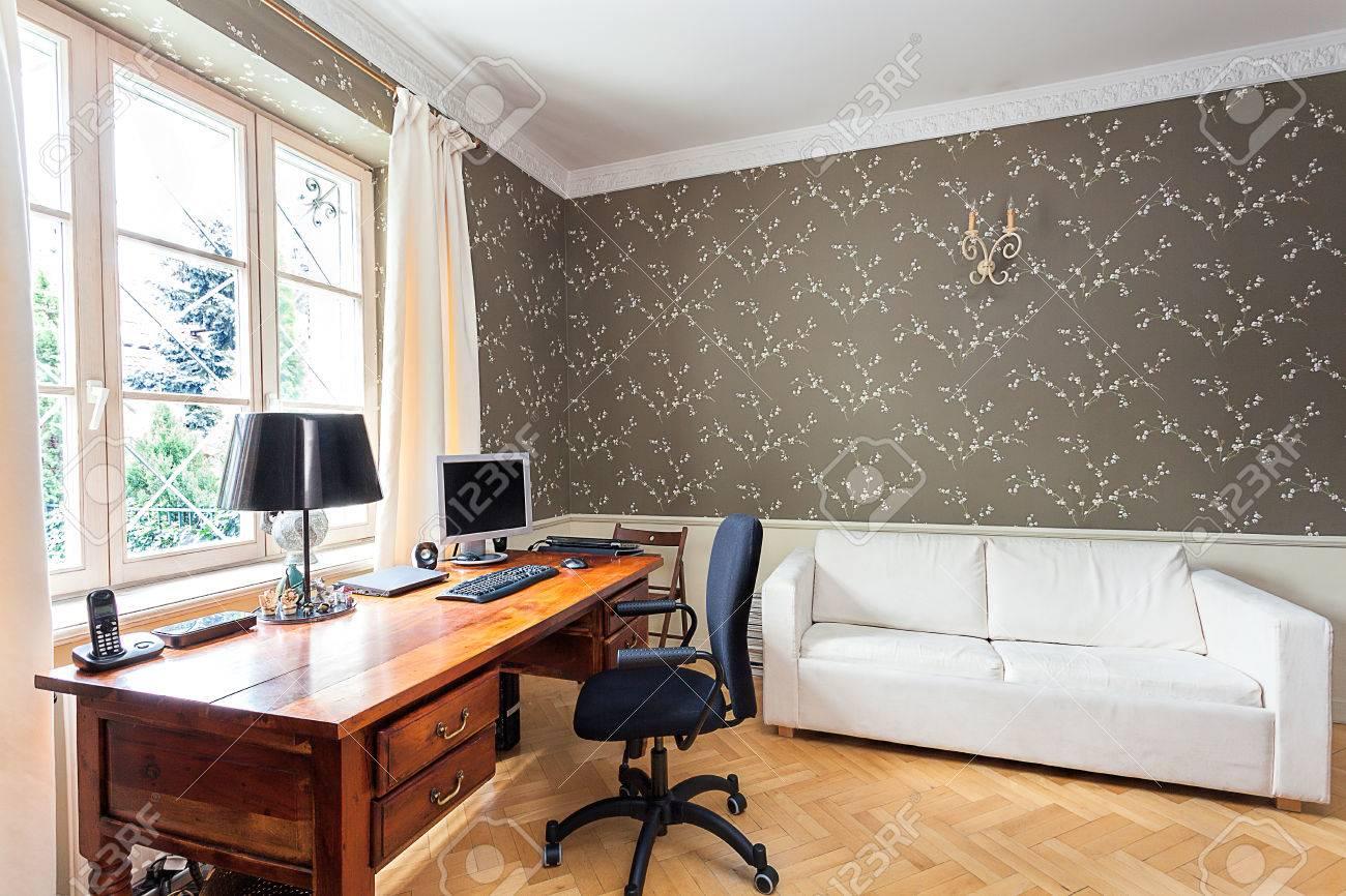 Manoir vintage bureau avec un bureau en bois et un canapé blanc