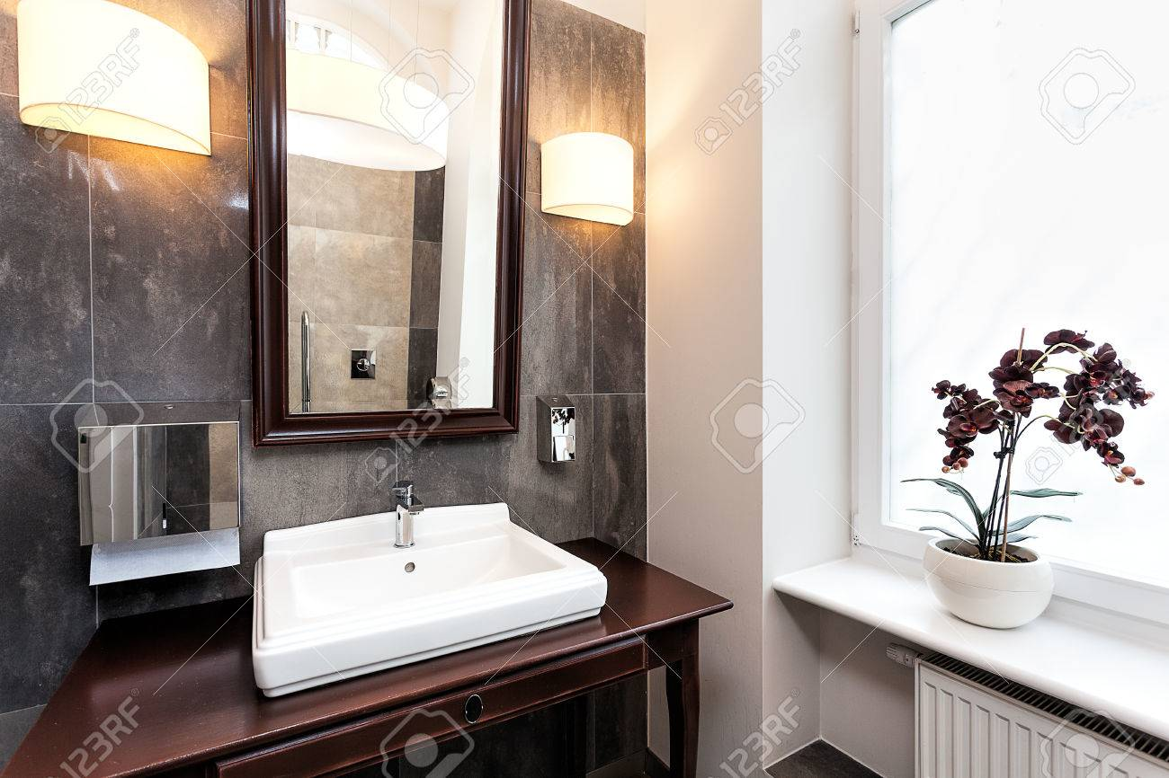 Interior De Un Cuarto De Baño Elegante Con Muebles Originales Fotos ...