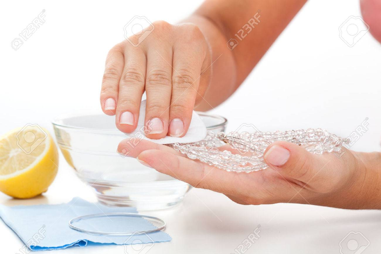 Methods of cleaning jewellery - lemon juice and a water Stock Photo - 22365939