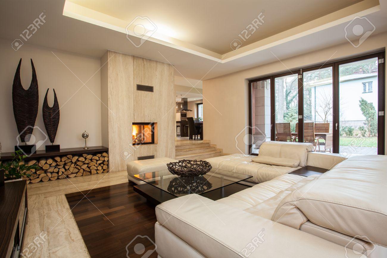 Maison de travertin: salon contemporain avec cheminée