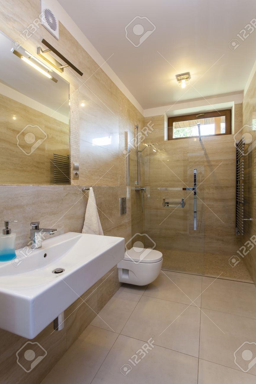 banque dimages intrieur de salle de bains moderne avec des murs de travertin