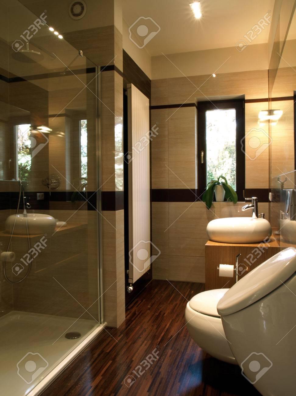 Interior De Un Lujoso Cuarto De Baño: Ducha De Cristal Fotos ...