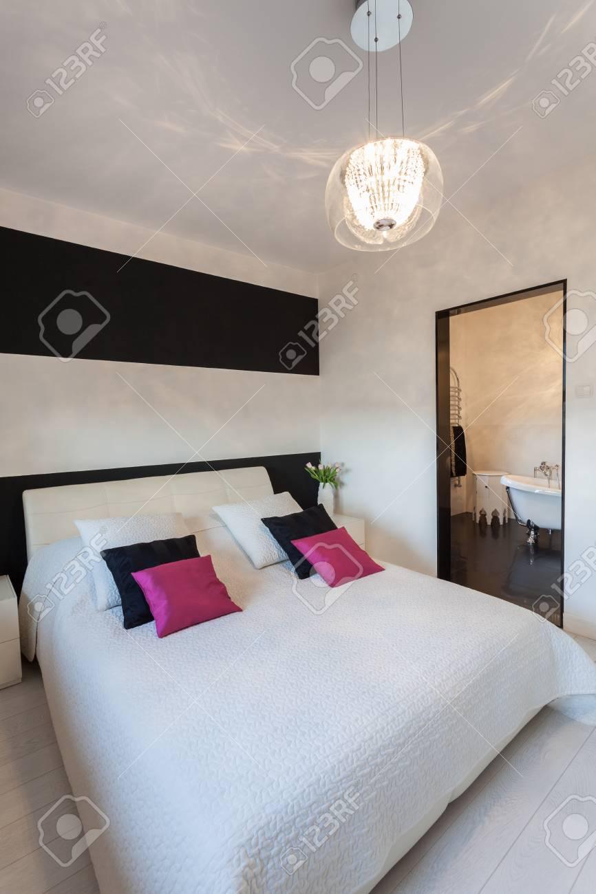 Cottage Vibrant - Intérieur d\'une chambre à coucher contemporaine