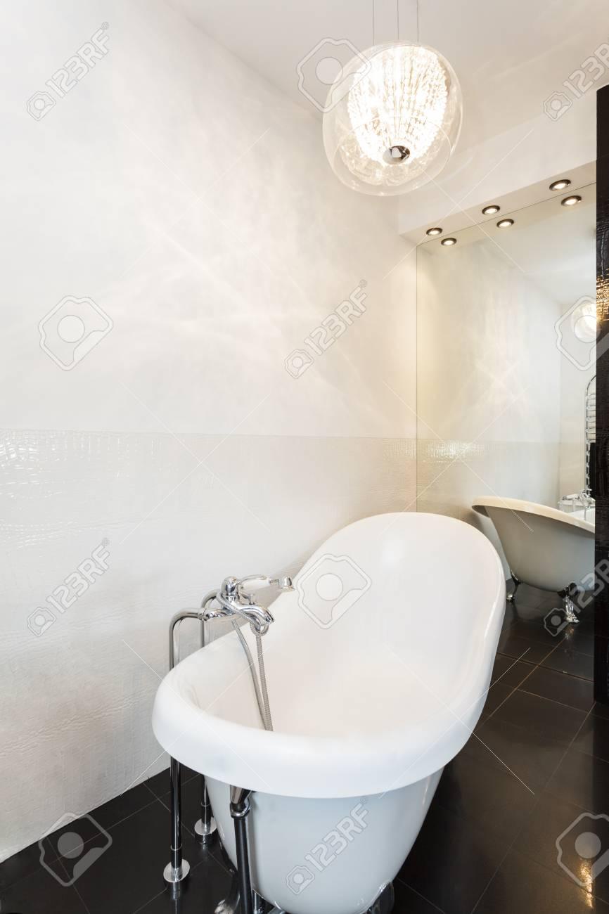 Vibrant cottage - Classic white free standing bath Stock Photo - 23699305